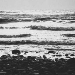 暗色海浪,拍打上岸